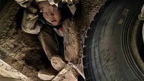 Crianças viajam 80 km debaixo de autocarro para encontrar os pais
