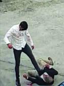 Irmãos com cadastro foram filmados por moradores a pontapearem na cabeça e no tronco um jovem de 24 anos, que não reage. Vítima ficou em estado grave