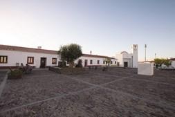 A praça principal da nova Aldeia da Luz construída de raiz para receber os habitantes da velha aldeia submersa pelo Alqueva