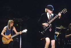 Malcolm com o irmão, Angus Young, em palco