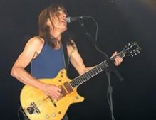 O guitarrista em palco no início dos anos 2000