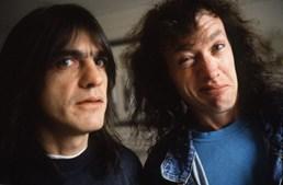 Malcolm Youn e Angus Young, dos AC/DC, em 1995