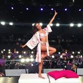 Sara Sampaio nos bastidores do desfile da Victoria's Secret, em Xangai, na China