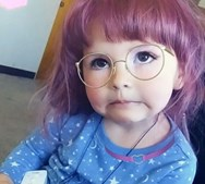 Pinta cabelo da filha de rosa e deixa-a ter tatuagens