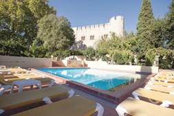 O Castelo é hoje uma pousada, que aproveita as características únicas da sua arquitetura e história de residência fortificada