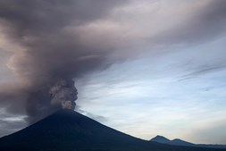Vulcão de Bali entra em erupção