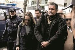 Pedro Dias ainda não falou, mas família diz que rezava para que Liliane sobrevivesse. Surge em tribunal com crucifixo ao peito