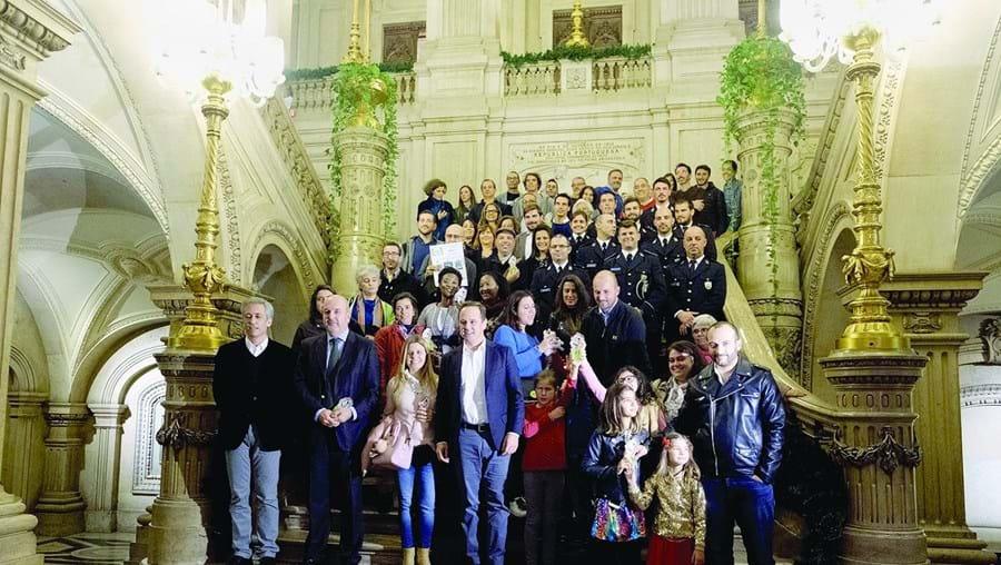 Fernando Medina (ao centro) com os vencedores da 10ª edição do Orçamento Participativo da capital