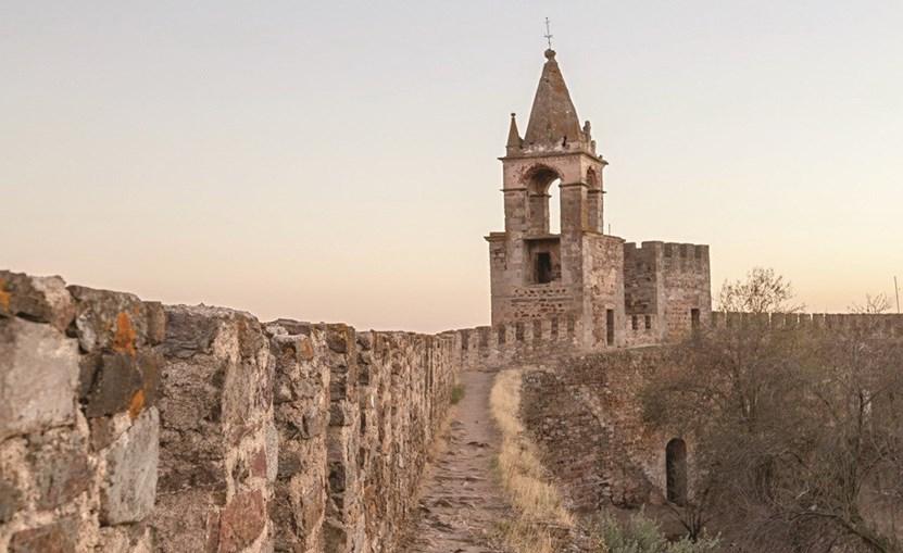 Das muralhas do Castelo é possível observar a vila e o Alqueva