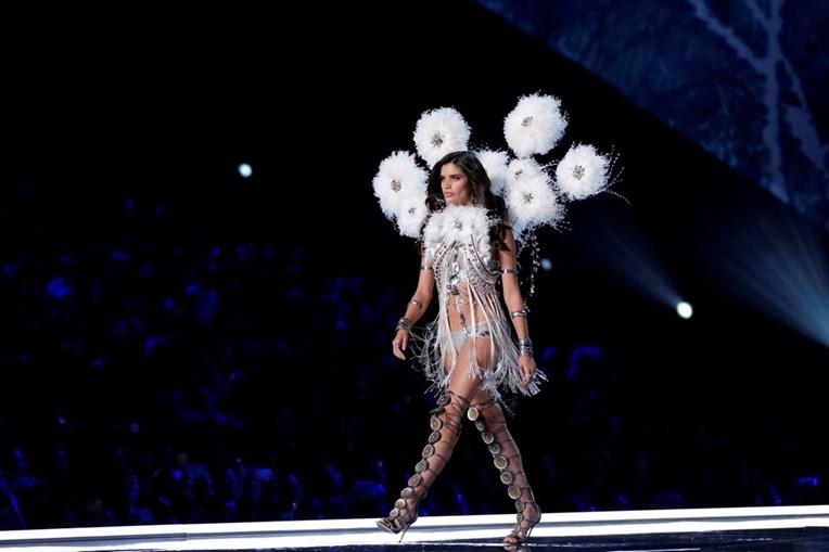 Sara Sampaio no desfile da Victoria's Secret, em Xangai, na China