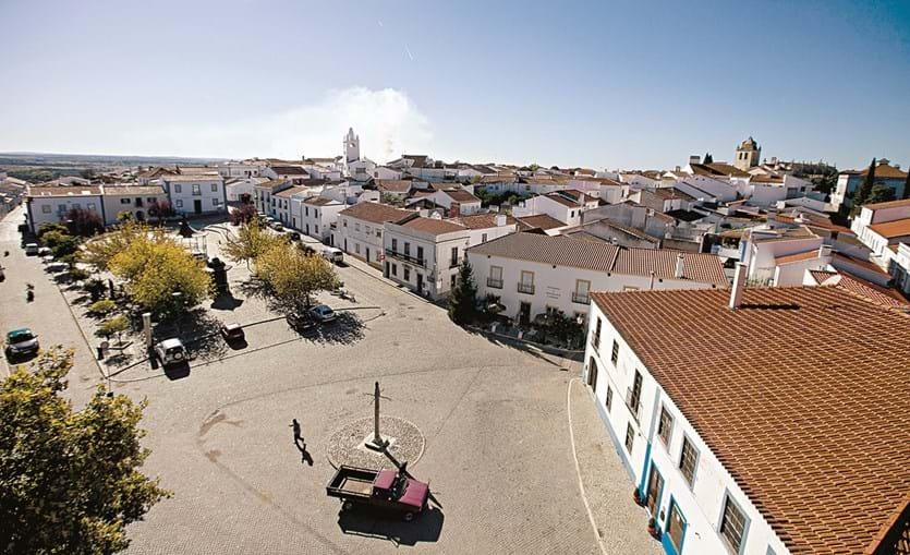 A Praça da República é o ponto de encontro e o centro da vila
