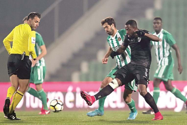 Tarantini tenta roubar a bola ao vimaranense Tallo. V. Guimarães acabou por ser o mais forte