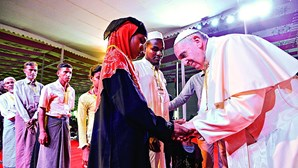Papa recebe grupo de refugiados rohingya