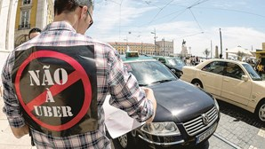 Taxistas voltam à rua contra a 'lei da Uber'