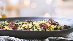 Experimente esta delícia de polvo com migas de couve-portuguesa