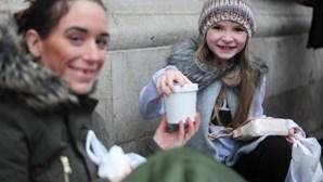 Menina compra refeição para sem-abrigo com dinheiro de aniversário