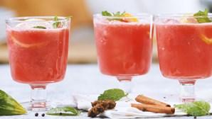 O melhor refresco é este: um cocktail de espumante com melancia e mel
