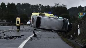 Violenta colisão faz um morto e dez feridos