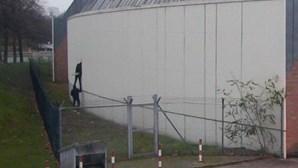 Reclusos fogem da prisão pela janela