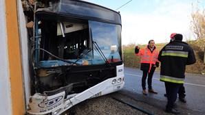 Colisão de autocarro com camião faz 11 feridos
