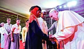 Francisco encontrou-se com 12 homens e quatro mulheres rohingya que fugiram aos massacres em Myanmar