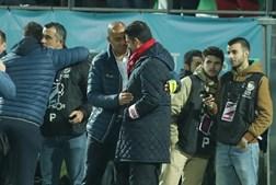Treinadores Pepa e Rui Vitória cumprimentam-se antes do Tondela- Benfica