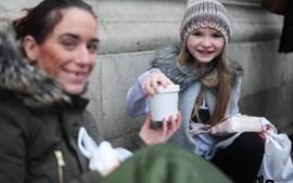 Criança oferece comida a sem-abrigo