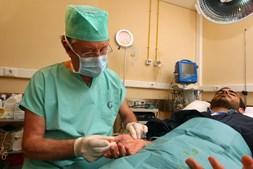 Tratamento com botox dura quinze minutos, é feito com anestesia local e o doente vai para casa no próprio dia