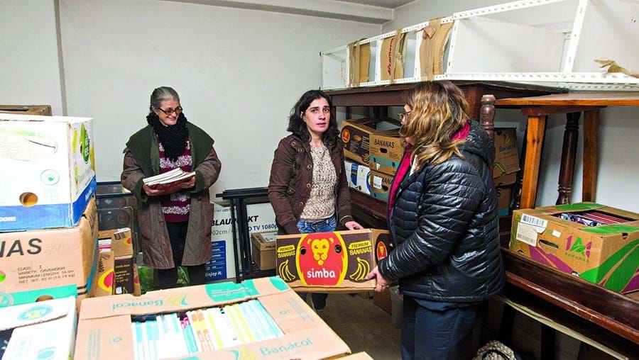 Voluntárias do Banco de Livros de Coimbra trabalham provisoriamente numa garagem até ao final deste mês