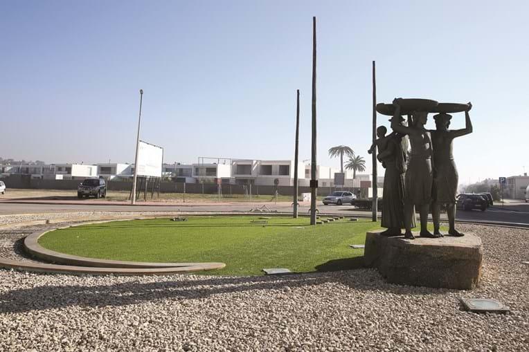 Monumento às varinas, na rotunda do Furadouro