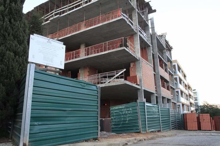 Homem morre ao cair de edifício em construção