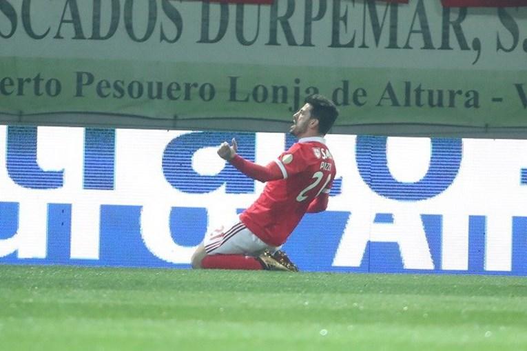 Pizzi celebra o seu segundo golo no jogo