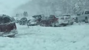 Condutor filma acidente com 30 carros em estrada coberta de neve