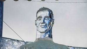 Há mais uma escultura de Ronaldo, mas desta vez é de gelo