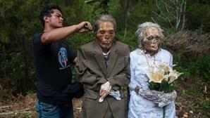 Desenterram mortos a cada três anos e mudam-lhes a roupa