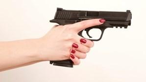 Dispara contra o marido para o obrigar a ouvir conversa