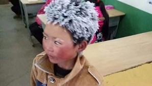 Menino chega à escola com cabelo congelado após caminhar 4,5 quilómetros