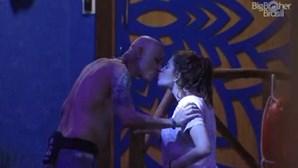 Beijo na boca entre pai e filha choca audiência
