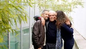 Filhos abraçam o pai ao fim de 20 anos