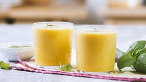 Fresco, colorido e saboroso. Gaspacho amarelo é perfeito para o verão