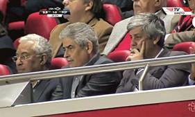 Ministro das Finanças viu jogo do Benfica no camarote presidencial, junto a Luís Filipe Vieira