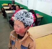 Menino chega à escola com cabelo congelado após caminhar um quilómetro