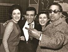 Da esquerda para a direita: Simone de Oliveira, Artur Garcia e Madalena Iglésias com o tenor Motta Pereira, diretor do Centro de Preparação de Artistas da Rádio da Emissora Nacional