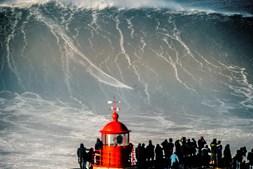 Surfistas nas ondas gigantes da Nazaré, em janeiro de 2018