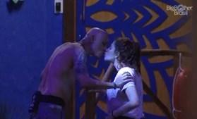 Pai beija a filha em programa de televisão