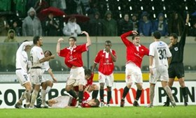 Jogadores em desespero quando Fehér tombou no estádio de Guimarães, em 2004