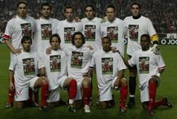 Colegas do Benfica homenageiam Fehér no jogo seguinte à sua morte, em fevereiro de 2004