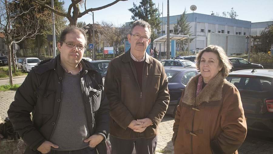 Karim Mesmoudi, Ramiro Pinto e Luísa Pinto estão preocupados com a falta de professores numa escola da Amora