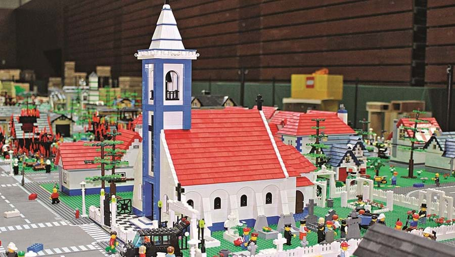 Construções em Lego incluem igrejas, hospitais, quartéis de bombeiros, entre muitos outros monumentos e serviços
