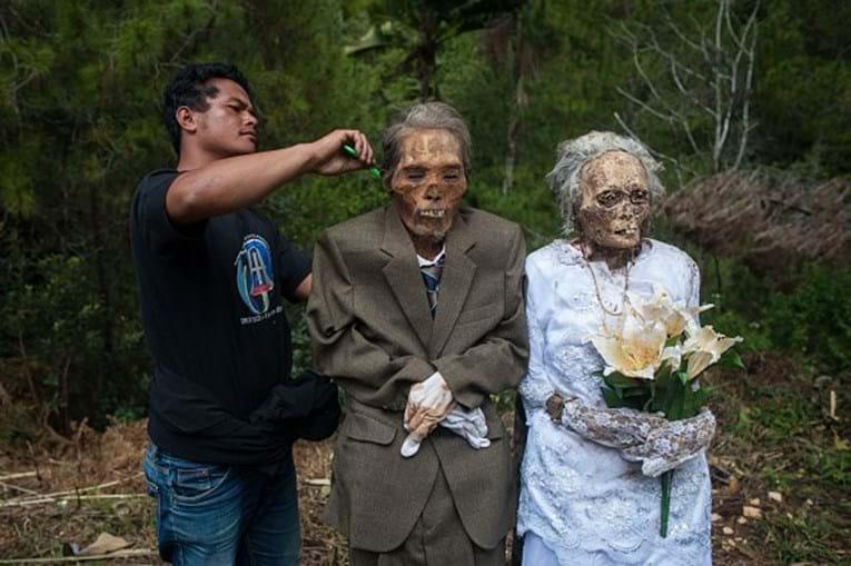 Ritual 'Limpeza do Cadáver' na Indonésia.